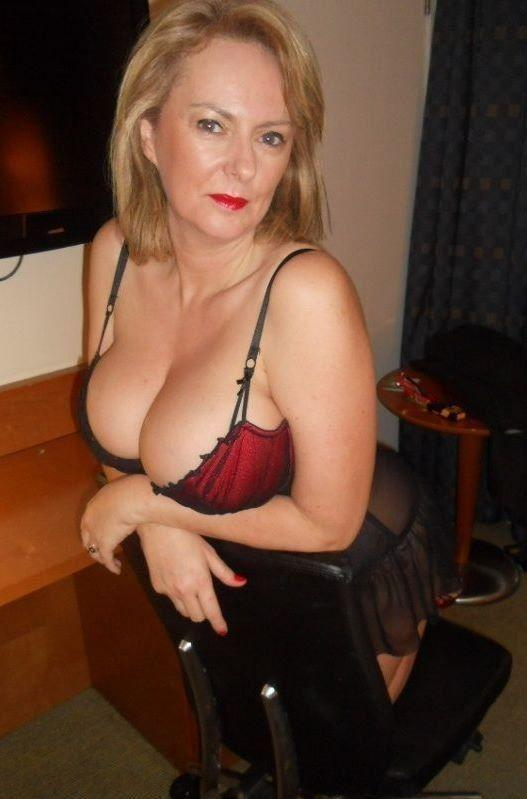 Free Busty Moms Pics and Moms Movies