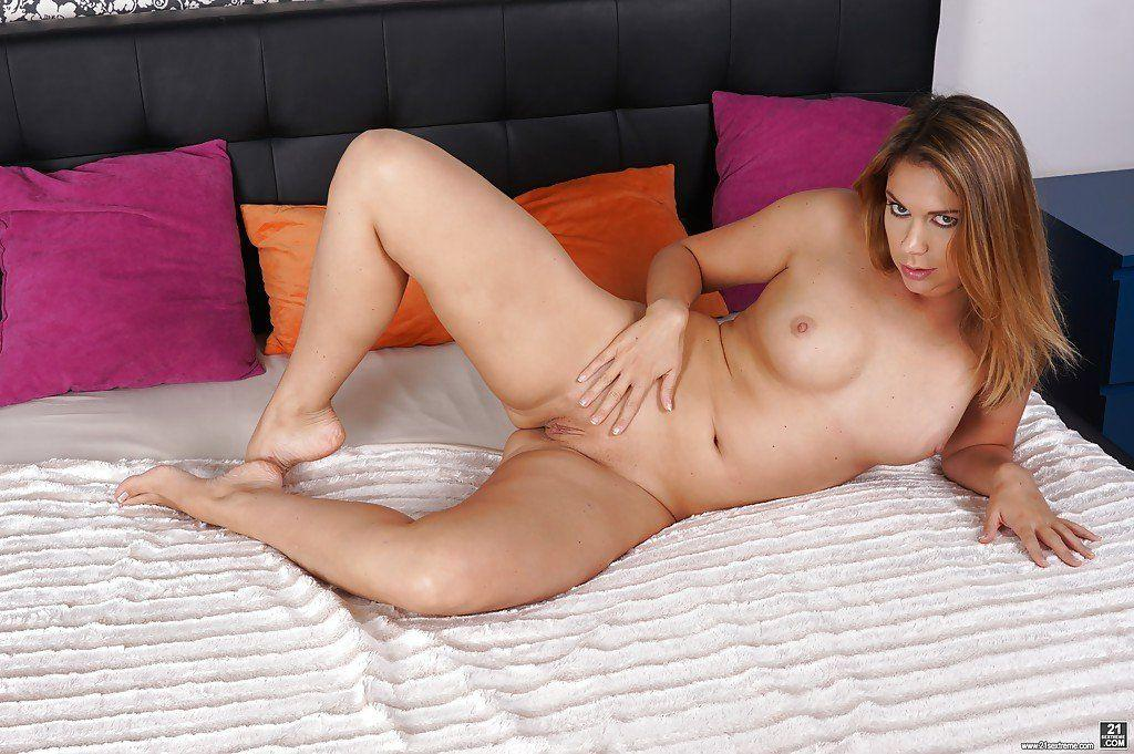 Sologirl piper fox masturbates on bed