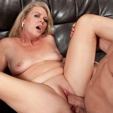 Lick cum from moms pussy